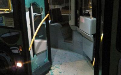 Strážníci chytili agresivního mladíka, který po vyloučení z přepravy rozbil dveře trolejbusu