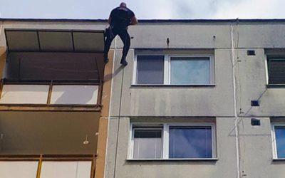 Za indisponovanou seniorkou v nouzi slaňoval strážník ze střechy domu