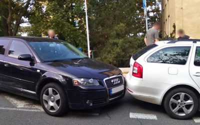 Řidička zaparkovala v kopci, ale svůj vůz dostatečně nezabrzdila