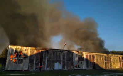 Požár plechové haly pod Jižními Svahy vystrašil obyvatele Zlína