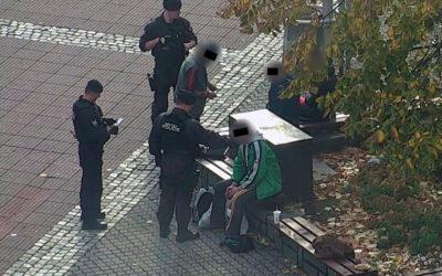 Podnapilí muži se požďuchovali na náměstí. Agresivnější z nich střízlivěl na záchytce
