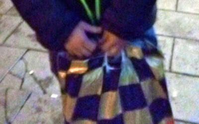 Strážníci jeli na pomoc napadenému. Nakonec mu pomáhali nalézt bundu a tašku s dárkem