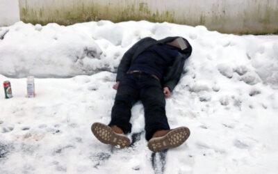 Strážníci nalezli podnapilého muže, který si ustlal na sněhu