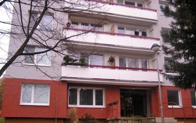 Aby strážníci pomohli seniorce v nouzi, museli do bytu oknem