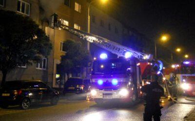 K požáru v bytovém domě stačilo málo. Naštěstí zasáhl pohotový soused
