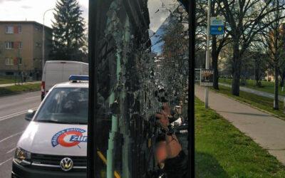 Cestujícímu se nelíbilo, že řidič autobusu zastavil na červenou. Rozbil mu zrcátko