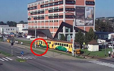 Vlak se rozjel během vystupování cestujících.  Na nástupišti zůstala malá holčička sama