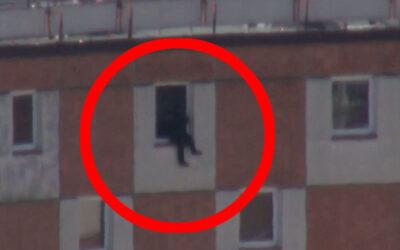 Partnerské neshody skončily pokusem o sebevraždu. Ve skoku z 12. patra zabránili muži policisté se strážníky