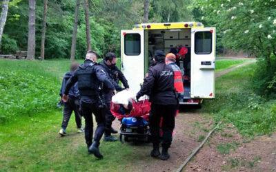 Záchranáři, policisté i strážníci pomáhali chlapci, který se zranil při pádu na kole
