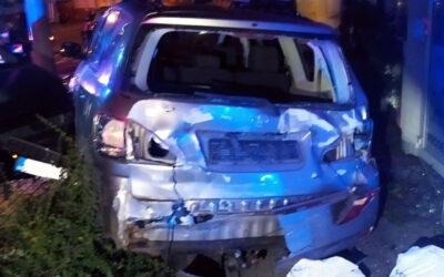 Opilý řidič naboural do zaparkovaných vozidel a budov. Pak sám vytočil linku 156