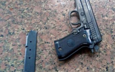 V centru města vytasil pistoli a vystrašil kolemjdoucí. Prý se jí chtěl jen pochlubit kamarádům