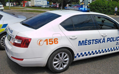Trojice mužů odcizila prací prostředky. Strážníci dopadli podezřelé na zastávce MHD