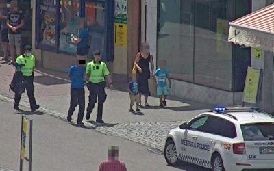 Muži se porvali na náměstí. Strážníci dopadli útočníka v parku