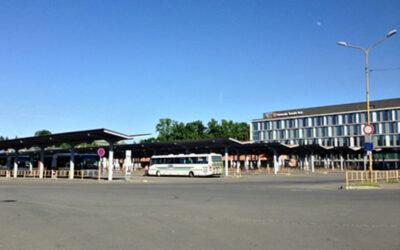 Rušný večer na autobusovém nádraží. Strážníci pomáhali ležícímu a krotili bitku