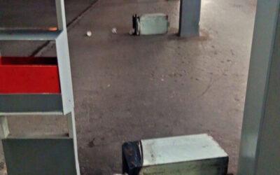 Jeden rozkopával koše a napadal kolemjdoucího, dalším vadila informační tabule s mapou města
